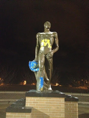 Michigan State Sparty statue gets painted Michigan colors.