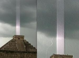 Pirámide Maya disparando un rayo de energía al espacio