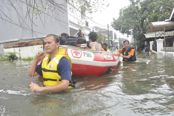 PMI Mengevakuasi korban banjir di Jakarta barat