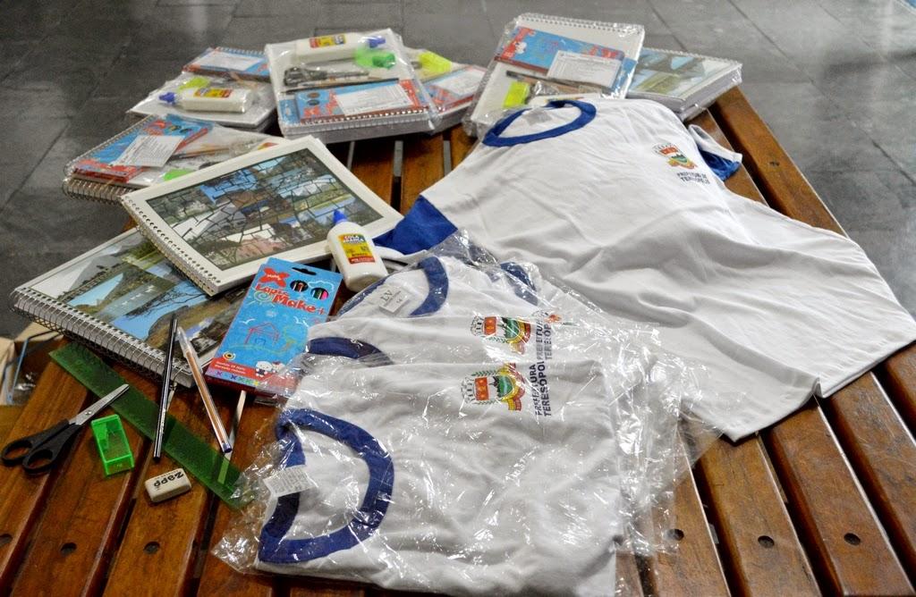 Camisa de uniforme, caderno, régua, tesoura e lápis, alguns dos itens dos kits escolares entregues pela Prefeitura