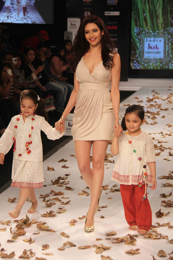 Genelia and Sushmita at India Kids Fashion Show - Hot Photos