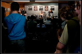 Forum deuxième étage Fnac pendant le mini-concert de Daonet - rock breton, rock celtique