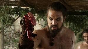 Drogo enseña la lengua arrancada en el combate a su rival - Juego de Tronos en los siete reinos