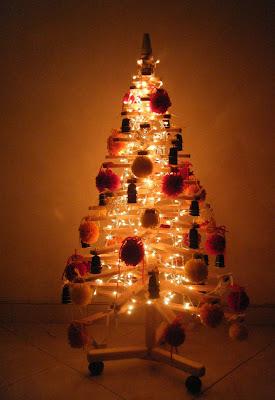 Árvore de Natal com paletes com luzes