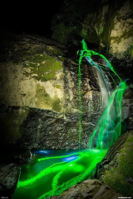 Foto-Air-Terjun-Cahaya-Neon-Karya-Sean-Lenz-dan-Kristoffer-Abildgaard-1