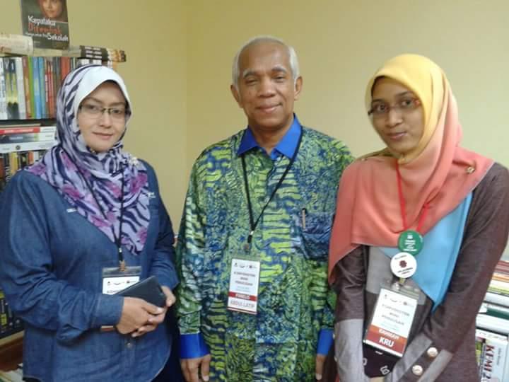 Menyantuni guru dan penulis senior