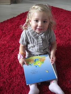 Virginia auf rotem Teppich mit Kinderbuch