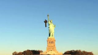 Utilizó su jetpack para sobrevolar la Estatua de la Libertad