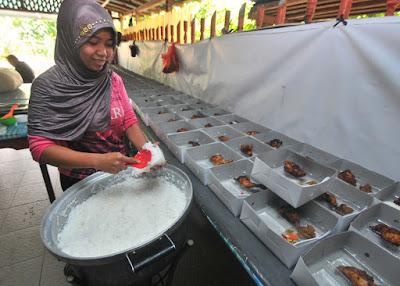 KATERING MAKANAN: Seorang pekerja sedang menyiapkan menu makanan yang dipesan. Bisnis makanan dalam bentuk usaha katering ternyata cukup menggiurkan. HARYADI/PONTIANAKPOST KATERING MAKANAN: Seorang pekerja sedang menyiapkan menu makanan yang dipesan. Bisnis makanan dalam bentuk usaha katering ternyata cukup menggiurkan. HARYADI/PONTIANAKPOST