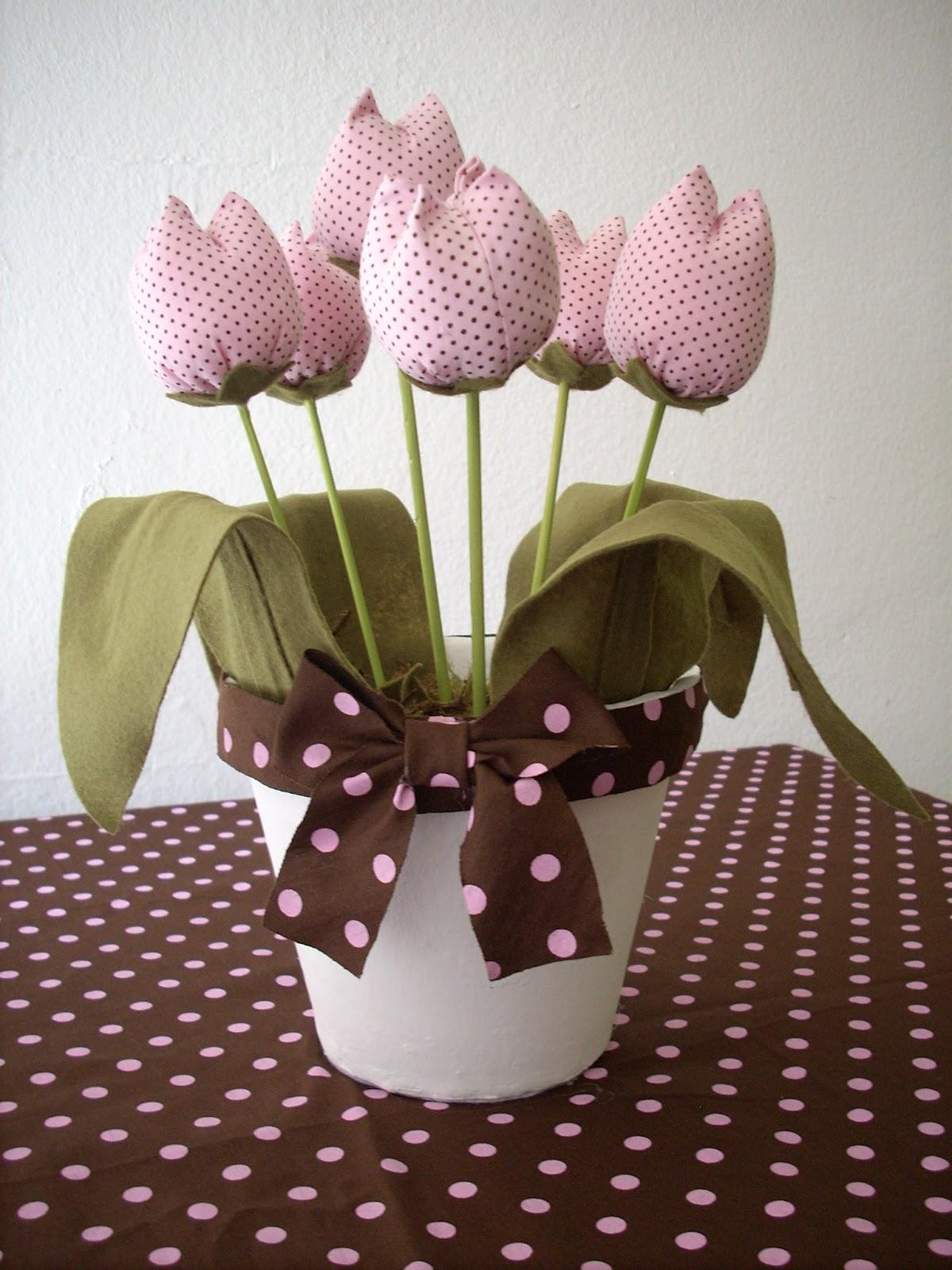 flores do jardim mrv:Esse vaso com tulipas rosa e marrom fica ótimo para decorar mesas com