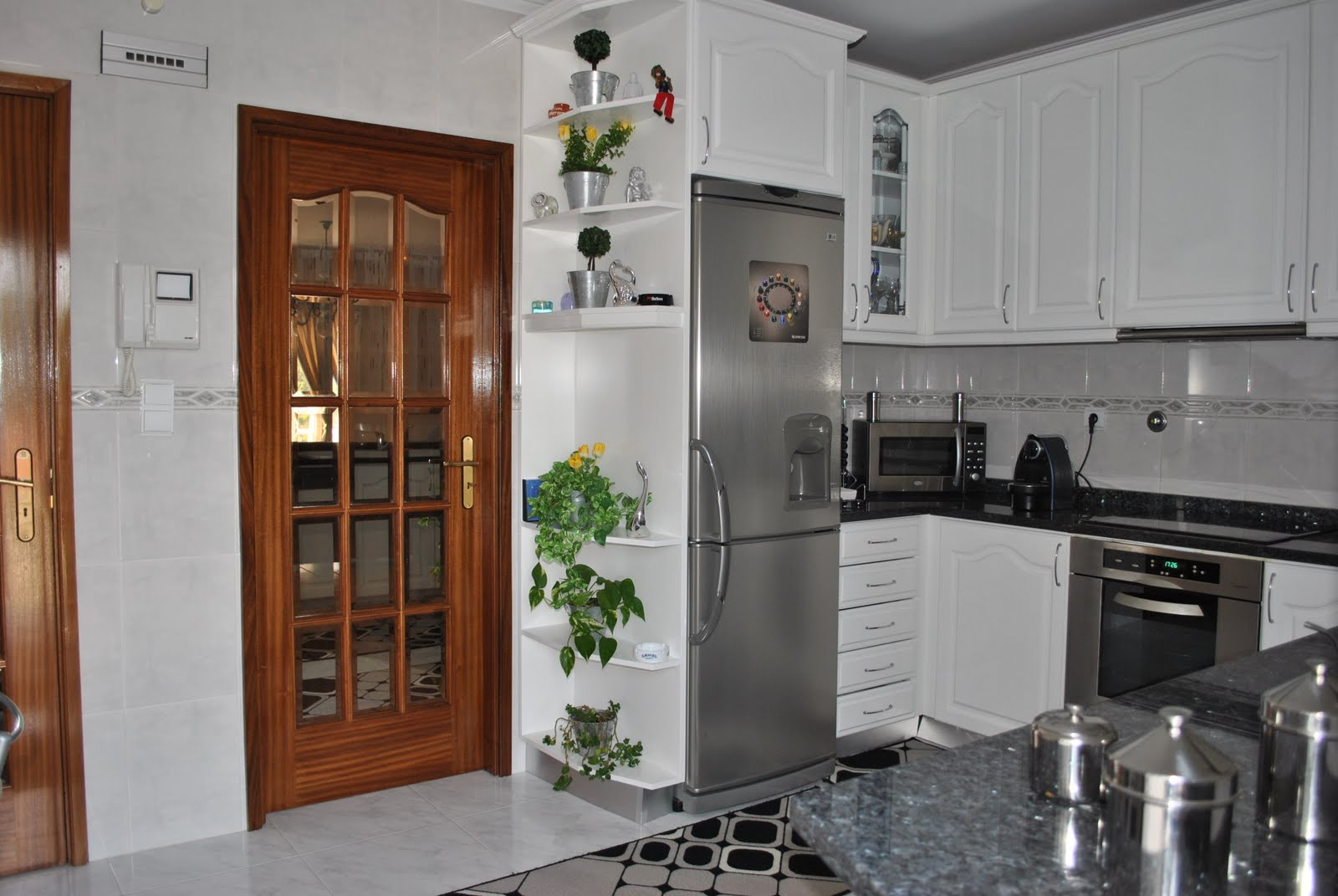 #693C24 cozinha com dispensa %C3%A0 esq da foto.JPG 1600x1071 px Projetos De Cozinhas Com Dispensa #457 imagens