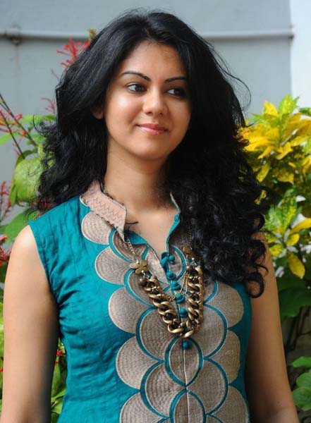 actress kamna jethmalani in bandbalu movie stills pics2