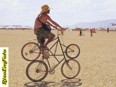 Homem passeia com bicicleta engraçada de quatro rodas.