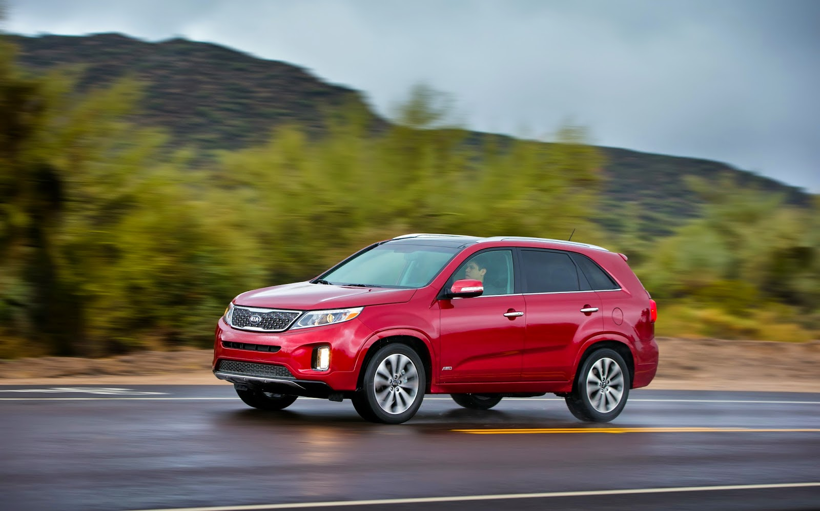 Front 3/4 view of 2015 Kia Sorento