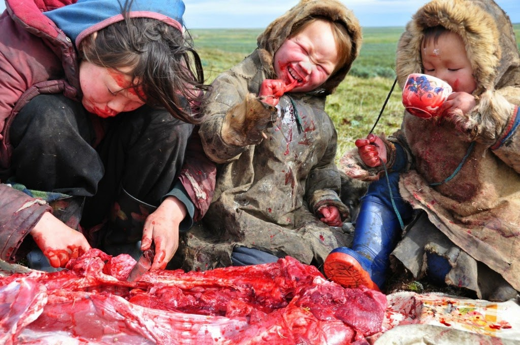 SIBERIAN FAMILY MEAL - 29 Breathtaking Photographs of The Human Race