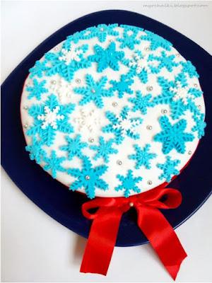 торт с мастикой снежинки