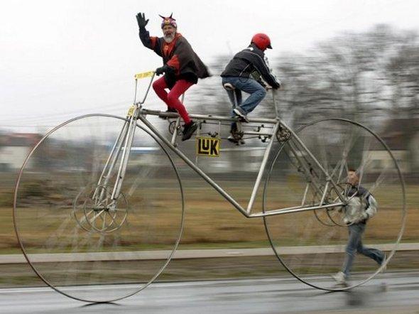Foto unik ini berisi 10 Sepeda Paling Aneh dan Unik Di Dunia . Aneh