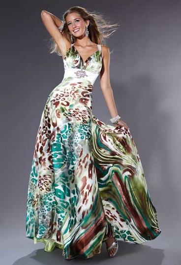 Muchos diseñadores tienen entre sus colecciones vestidos con mucho color y diversos estampados entre los que tenemos los floreados, geométricos, abstractos,