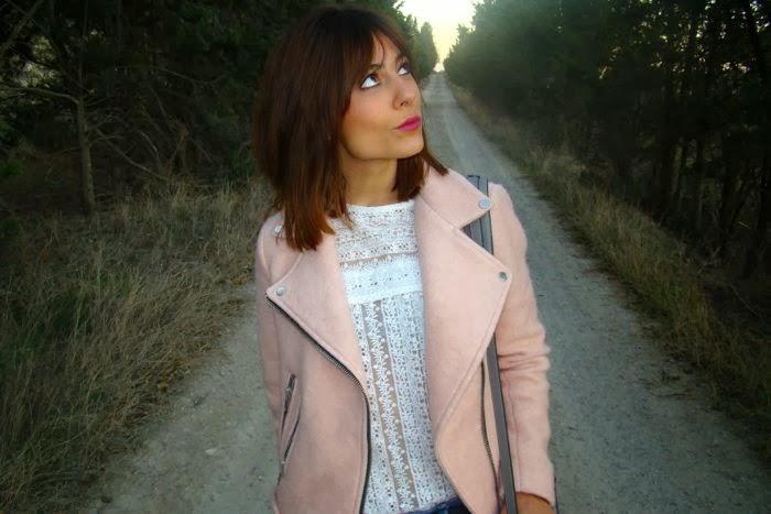 cazadora rosa, bolso gris y encaje blanco
