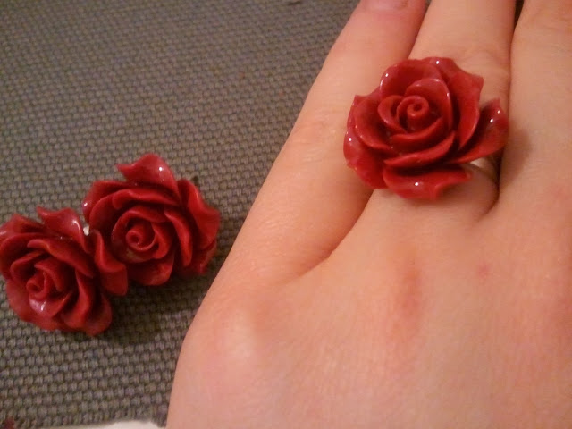 róże czerwone kolczyki pierścionek koral zestaw