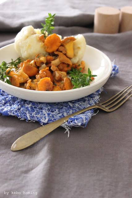 Halbseidene Kartoffelknödel oder -klöße, gefüllt mit Brotcroissants und dazu eine feine Pfifferlingssauce vom Südtiroler Foodblog kebo homing, Fotografie und Styling, Rezept, feines Essen aus Südtirol