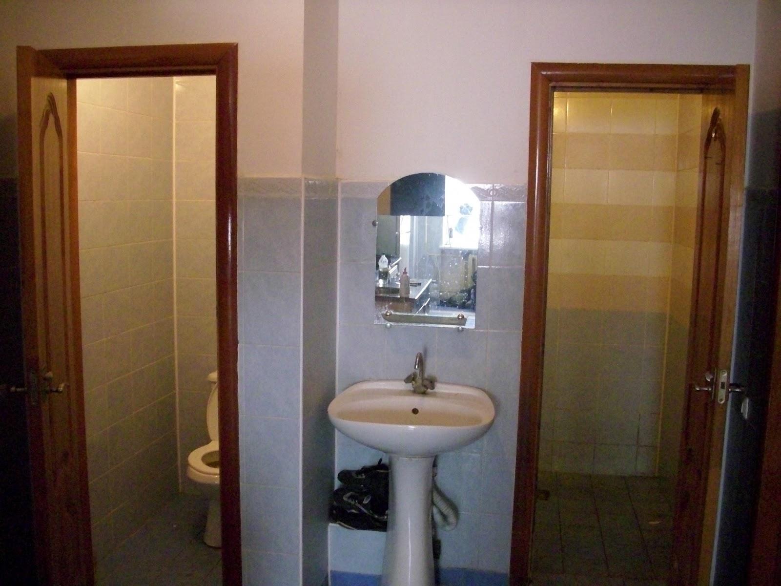 Banheiro com vaso sanitário separado da pia e chuveiro azulejado e a  #644325 1600x1200 Banheiro Azulejado