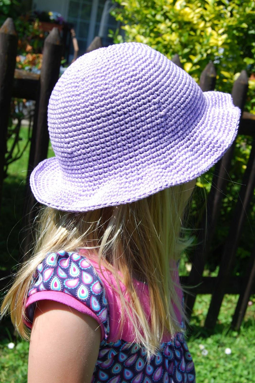 Taburettli: Sommerhut und Haarband