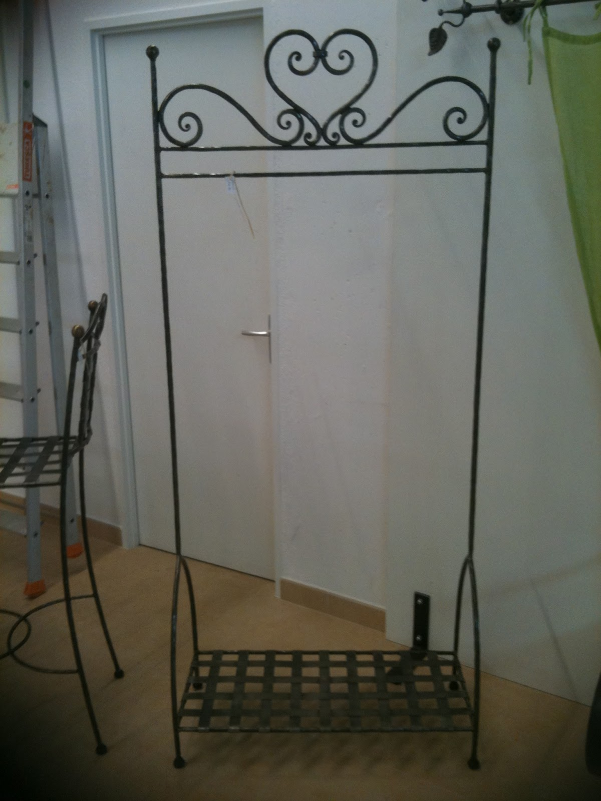 mobilier fer forg portant d 39 habits. Black Bedroom Furniture Sets. Home Design Ideas