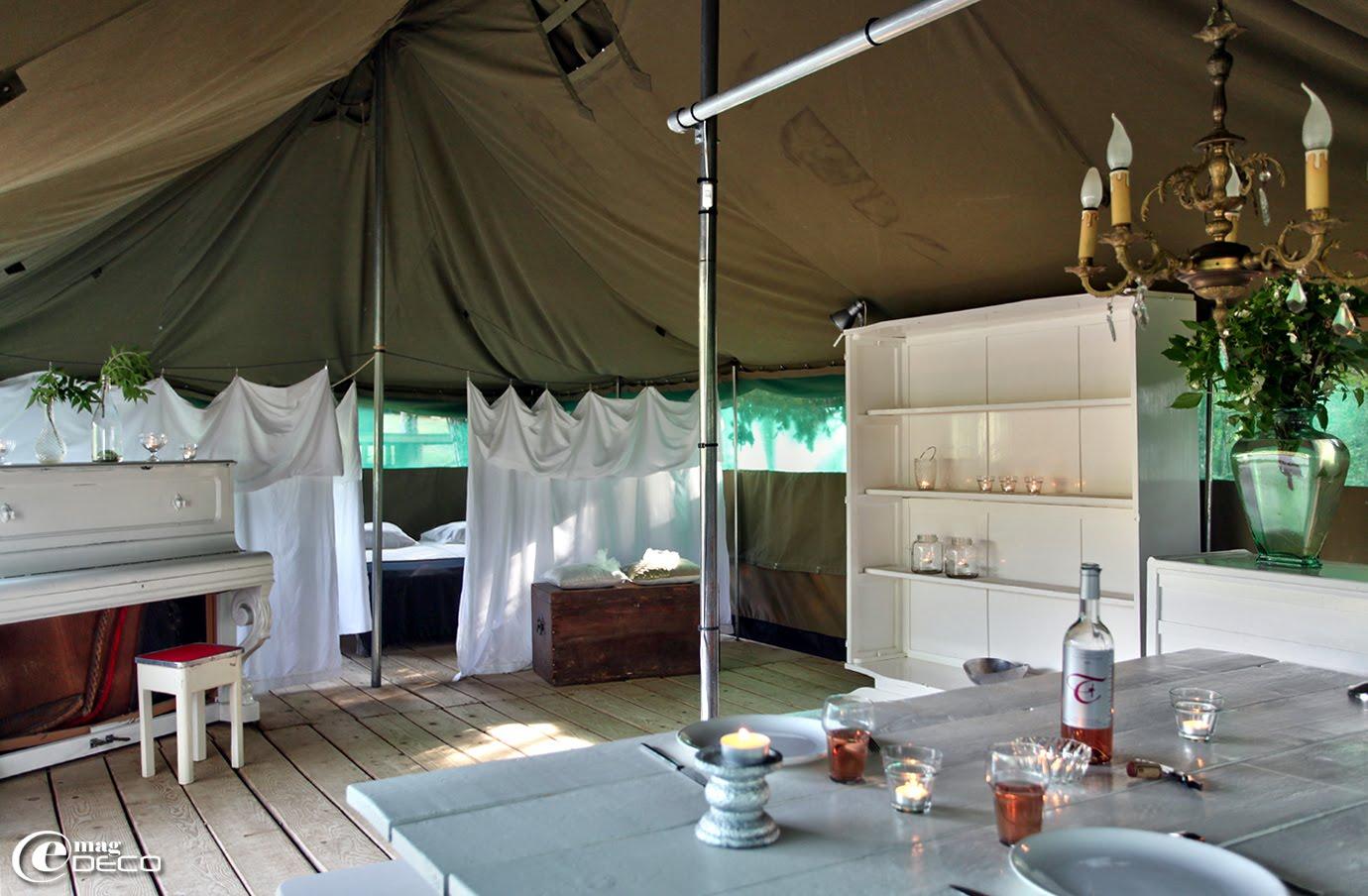 Un vieux piano peint en blanc s'invite dans un tente africaine pour la décoration