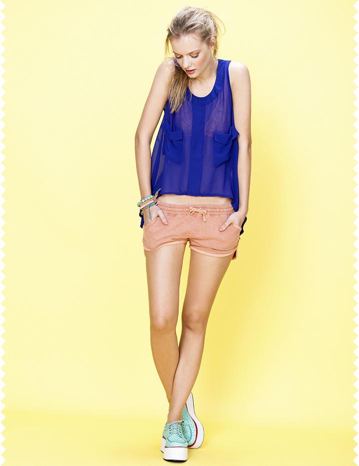 Adolescente en pantalones cortos 24 3
