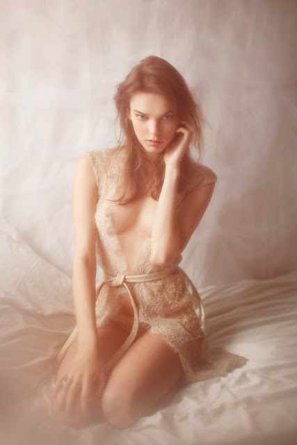 vivienne mok lingerie luxe dentelle sexy seins nu femme déshabillé haute couture