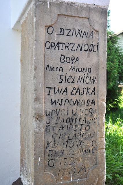 Gielniów, kaplica bł. Ładysława. Napis na wmurowanym kamieniu - po prawej stronie wejścia. Fot. KW.