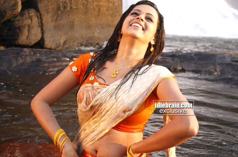 South Indian Mallu actress Bhavana latest hot navel and cleavage show