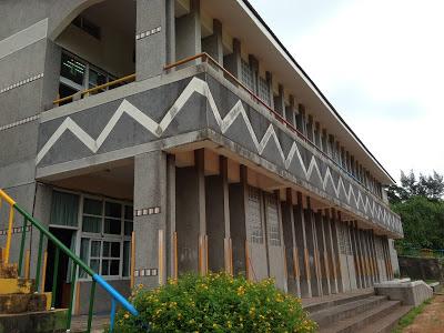 三仙台國小直接面海的教學大樓在迎風面上使用迫風柱設計