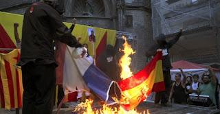 Independentistas catalanes radicales queman banderas