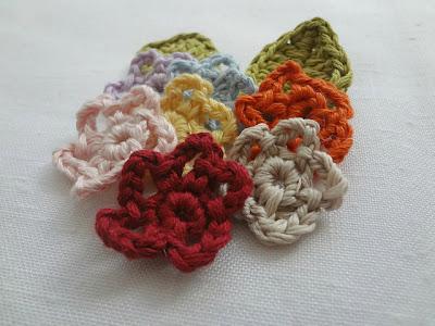 free crochet mini flower pattern