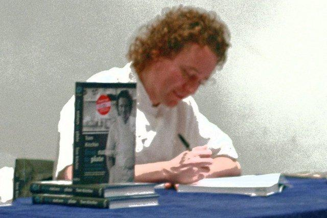 Tom Kitchin dedicando un ejemplar de su libro de cocina From Nature to Plate