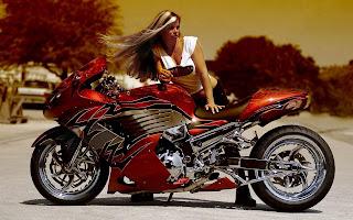 Foto met vrouw die poseert bij een rode custom motorfiets