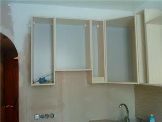 частично собранная кухонная мебель