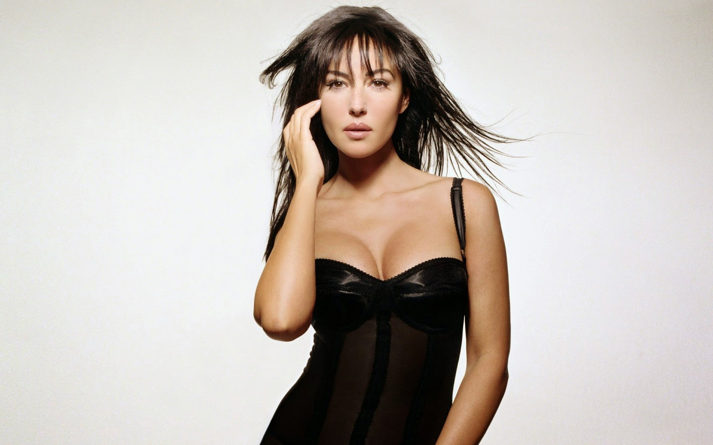 MONIKA BELLUCCI_WALLSTOWN_IN_HOLLYWOOD ACTRESS_HOLLYWOOD CELEBRITIES