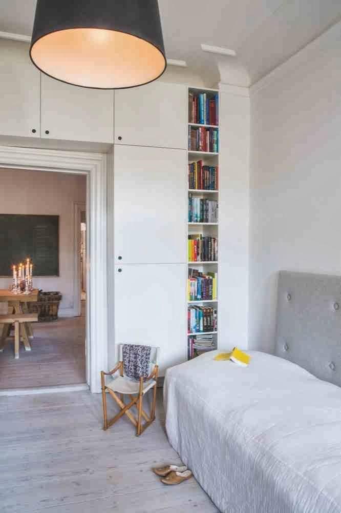 Sypialnia, białe wnętrze, rezyserskie krzesło, eklektyczne wnętrze