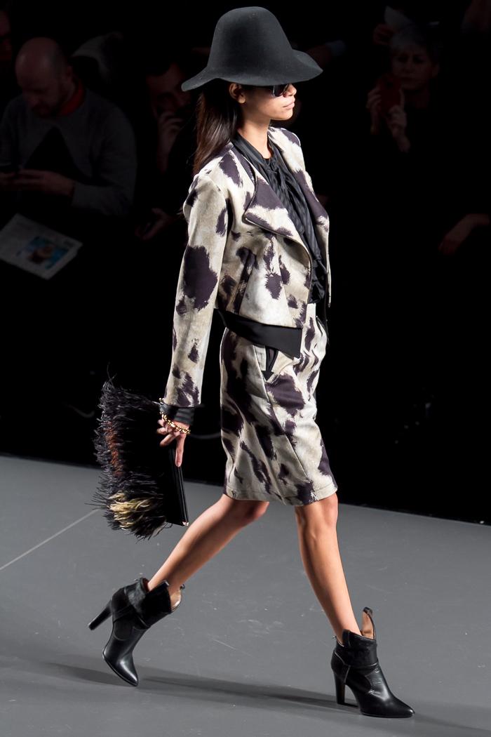 Traje blazer chaqueta y falda estampado cow con botines desfile de ANA LOCKING MBFWM