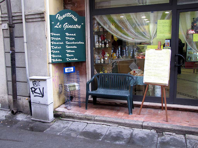 Bench outside Le Ginestre bakery, Pisa