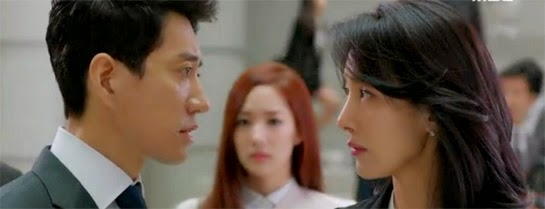 Suk Joo faces off with prosecutor Lee Sun Hee while Ji Yoon looks on.
