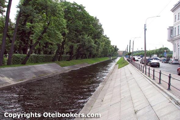 Swan_Canal_near_Summer_Garden_Saint_Petersburg
