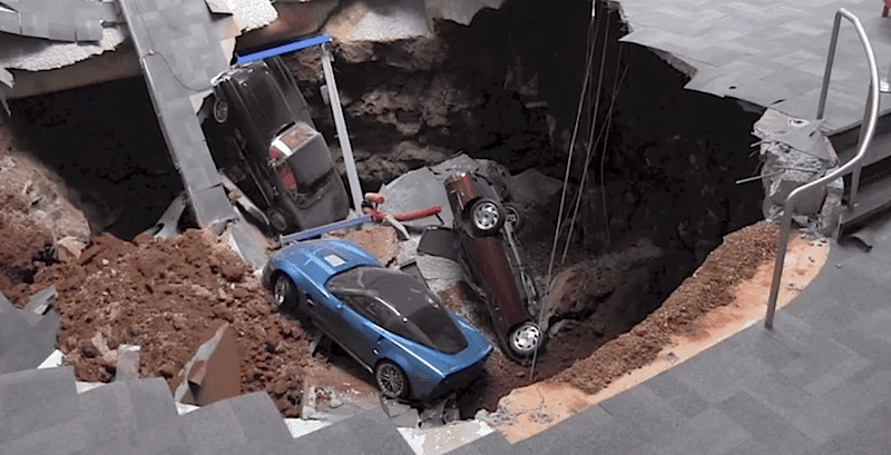 コルベット博物館の床が崩落!コルベット8台が穴に落ちる事故