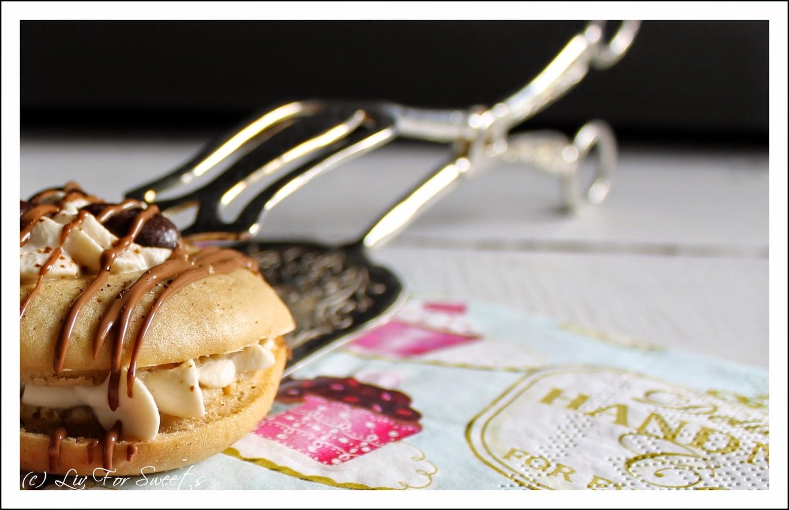 Whoopie Pies mit Kaffeegeschmack und einer Füllung aus Kaffee-Sahne verziert mit Kaffee-Schokolade - Rezept auch für den Thermomix