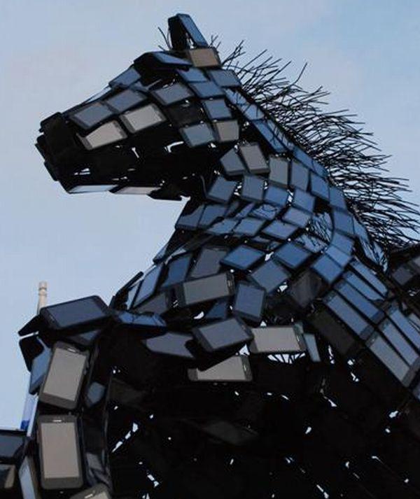 تمثال مصنوع من 3500 هاتف محمول.. Pegasus5.jpg