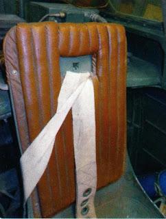 Спинка сиденья летчика и привязные ремни.
