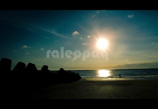 Indahnya pemandangan di Pantai Jerman yang berada di sebelah pantai Kuta saat senja. Memandangi sunset dapat dikatakan sebagai hal yang mesti dilakukan saat liburan ke Bali.